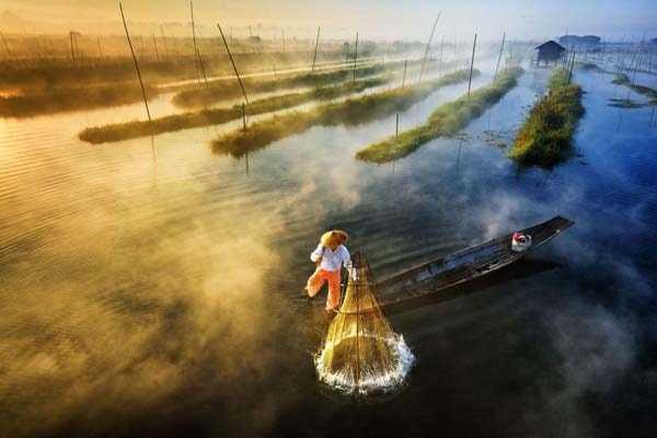 Рыбак устанавливает сеть