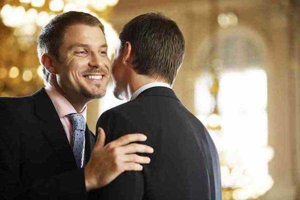при встрече целуют друг друга
