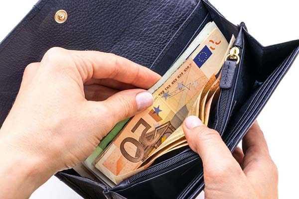 присматривать за деньгами и документами